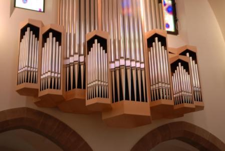 Le bel orgue Kern, en nid d'hirondelle.